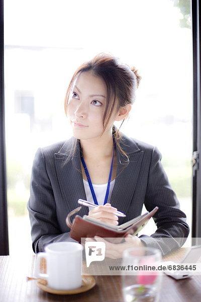 Geschäftsfrau , halten , Cafe , jung , Persönlicher Freiraum , wegsehen