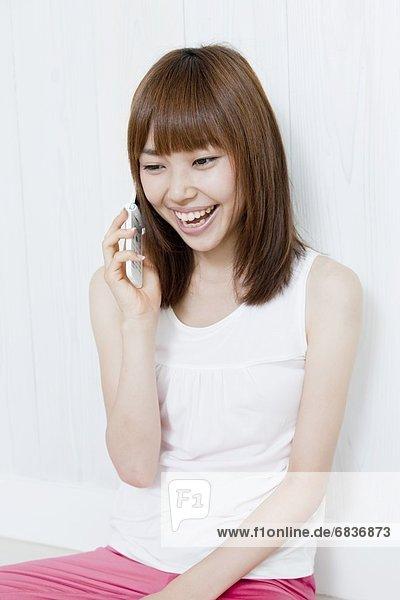 Handy junge Frau junge Frauen sprechen lächeln Kurznachricht