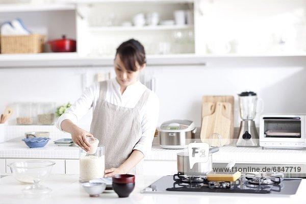 Frau  Tasse  Maß  Reis  Reiskorn
