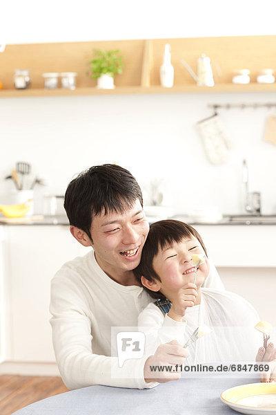 Menschlicher Vater  Sohn  Apfel  essen  essend  isst