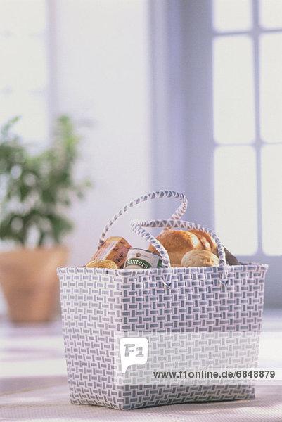 Korb Lebensmittelladen kaufen voll