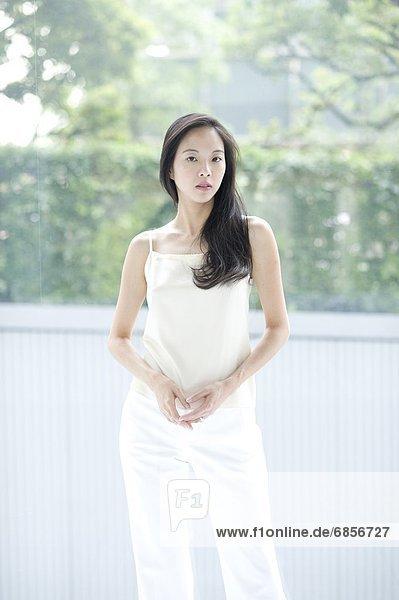 junge Frau junge Frauen Portrait sehen ernst lang langes langer lange Haar