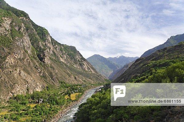 klein rennen Tal Fluss Dorf China Sichuan