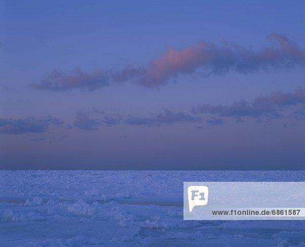 Wolke  über  Eis  dahintreibend  Hokkaido  Japan  Dämmerung