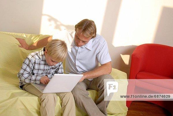 benutzen  Computer  Notebook  unterrichten  Menschlicher Vater  Sohn
