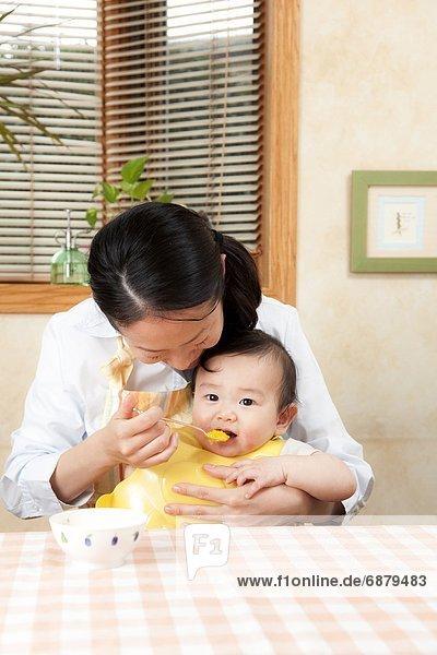 Mutter Fütterung männliches Baby