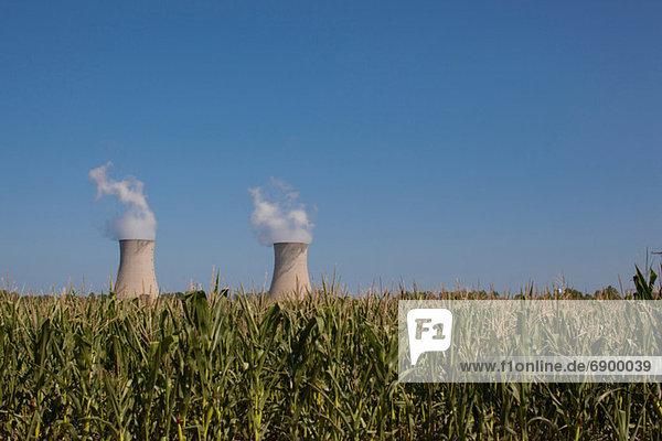 Fermi 2'' hinter einem Maisfeld  Enrico Fermi Nuclear Generating Station  Monroe  Michigan  USA''.