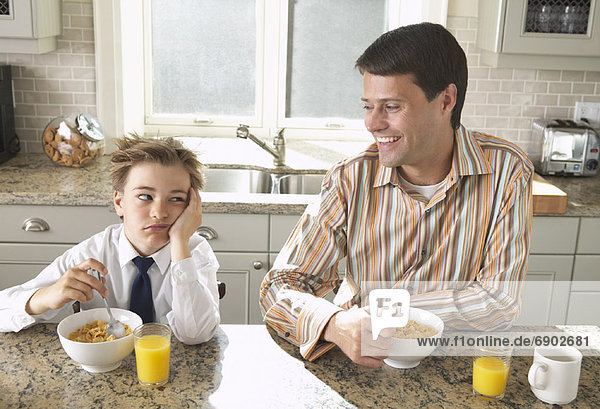 Vater und Sohn dem Frühstück