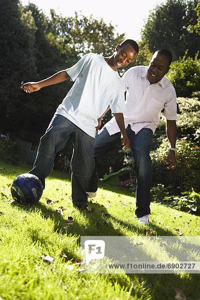 Vater und Sohn spielen im Hinterhof