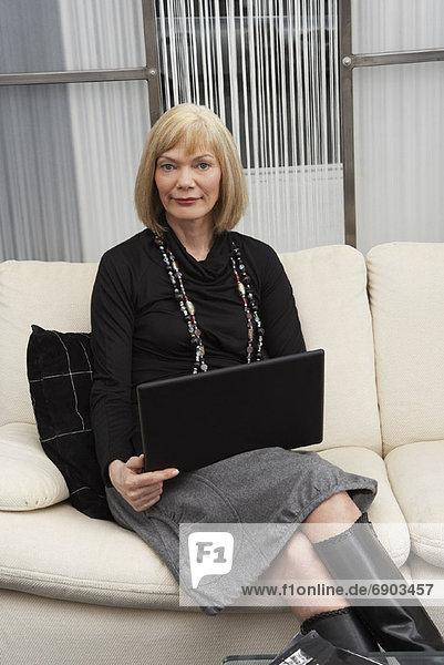 Portrait  Geschäftsfrau  Computer  Notebook