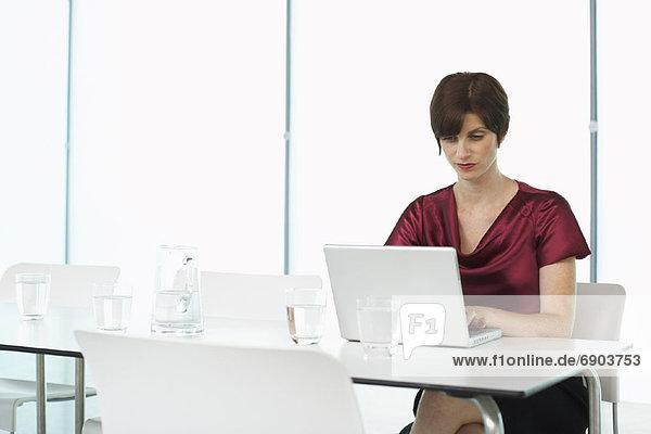 Frau  Computer  Notebook  Konferenzraum