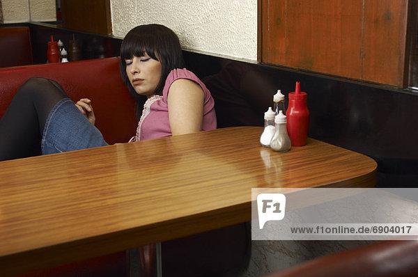 Frau  schlafen  Restaurant