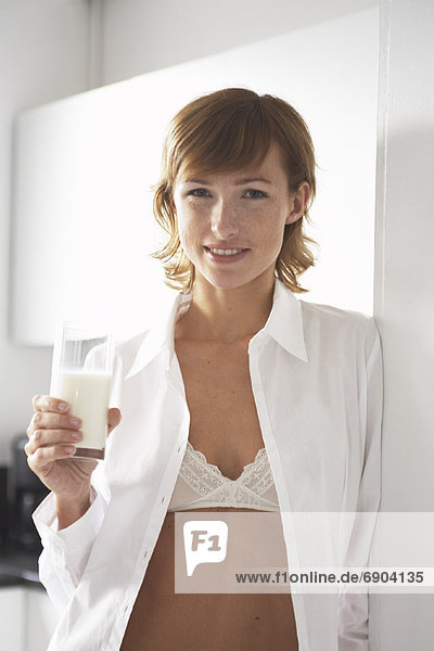 Frau  Glas  Milch