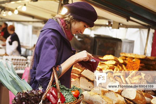 Frau  Brot  bezahlen  zahlen  Außenaufnahme  Markt