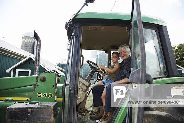 Traktor  Großvater  Mädchen