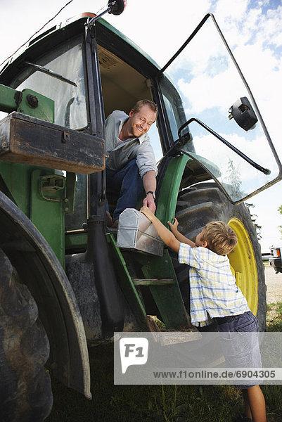 Lunchbox  geben  Junge - Person  Menschlicher Vater  Traktor