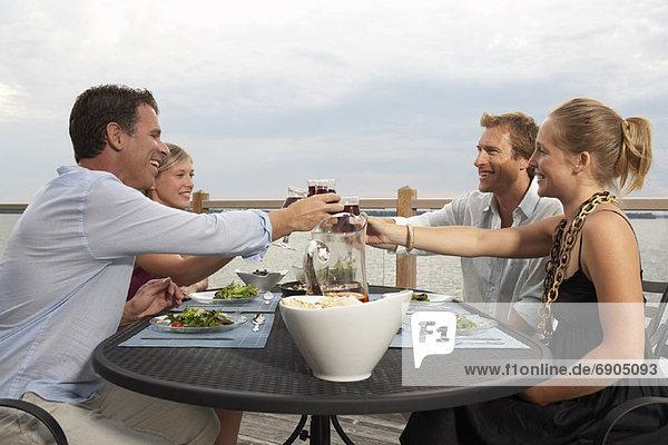 Außenaufnahme Mensch Menschen essen essend isst freie Natur