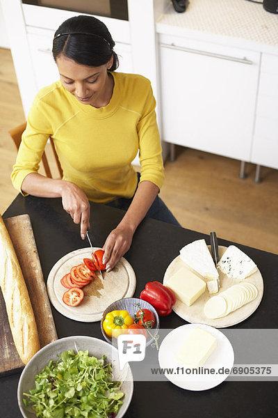 Frau eine Mahlzeit vorbereiten