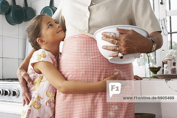 Großmutter und Enkelin in Küche