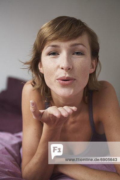 Frau  blasen  bläst  blasend  küssen  Bett
