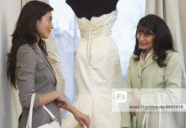 Frau  sehen  Braut  Kleid  Hochzeit  Boutique