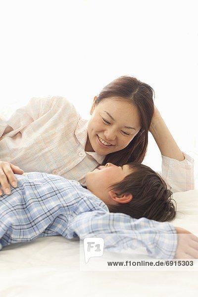 Mutter und Sohn Blick auf einander