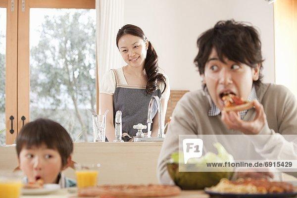 Abendessen  sehen  Menschlicher Vater  Sohn  Tisch  Mutter - Mensch  spielen