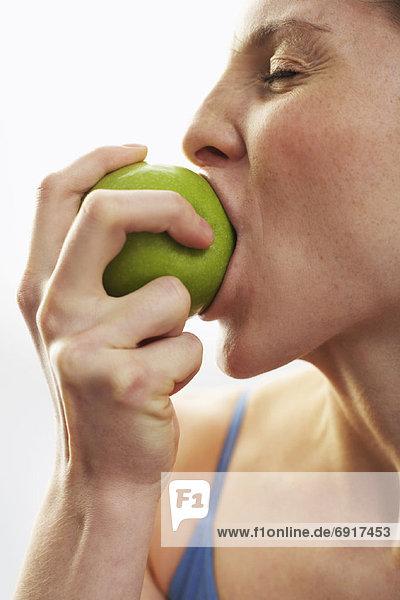 Frau isst Apple