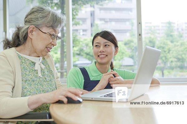 Senior Senioren benutzen Frau Notebook arbeiten Gesundheitspflege