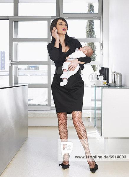 Handy sprechen halten Mutter - Mensch Baby