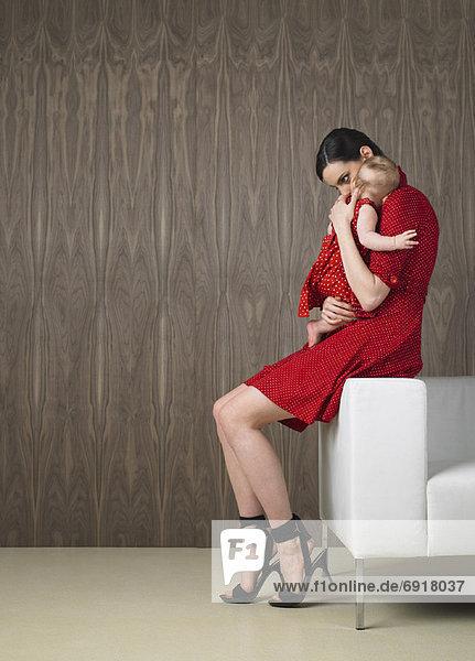Mutter hält Baby