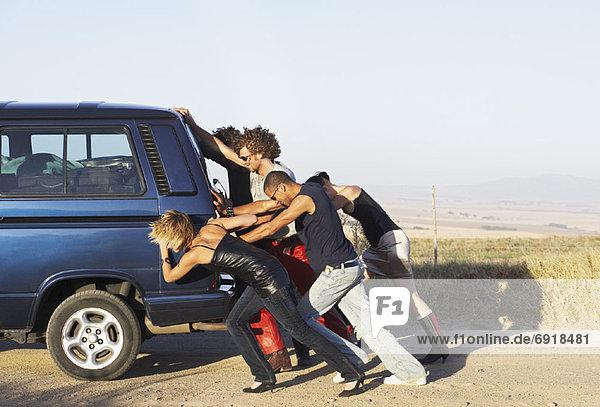 Kleintransporter  Mensch  Menschen  schieben  Lieferwagen