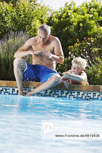 Menschlicher Vater Sohn Schwimmbad