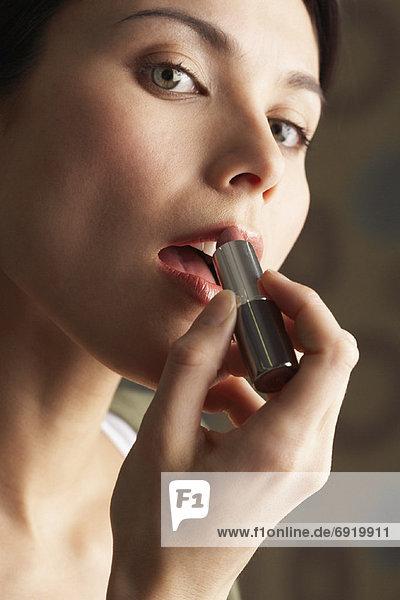 Frau Anwendung Lippenstift