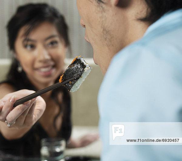 Paar Essen Sushi