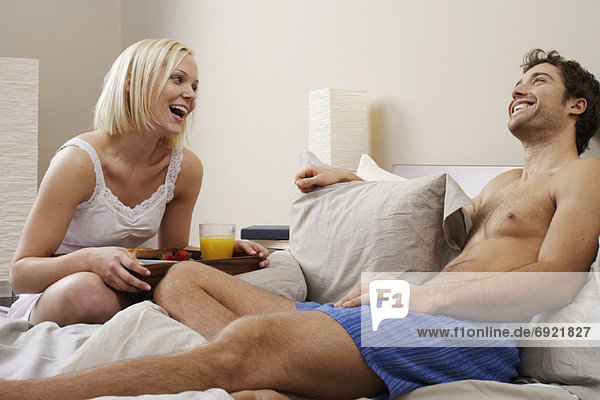 Frau  Mann  bringen  Bett  Frühstück