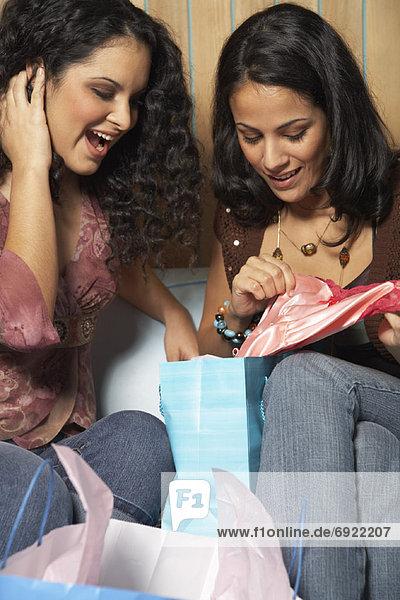 Frau sehen Tasche innerhalb kaufen 2