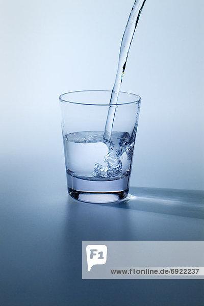 Wasser gießen in Glas