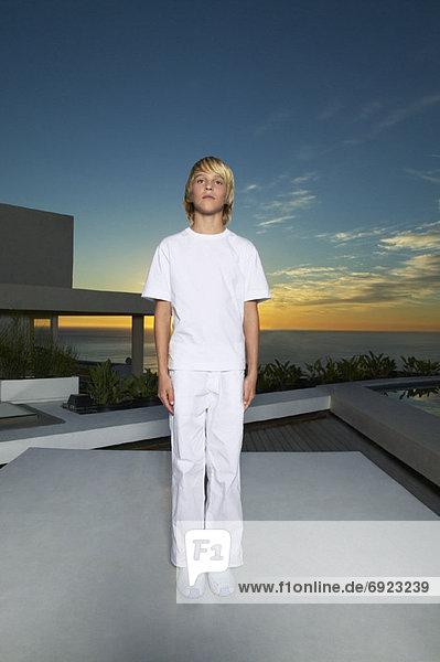 stehend Portrait Junge - Person Veranda