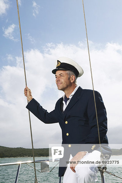 Mann auf Yacht