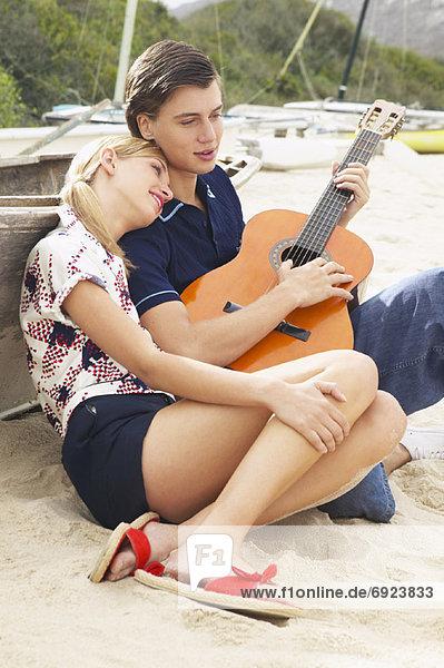 Paar sitzen am Strand