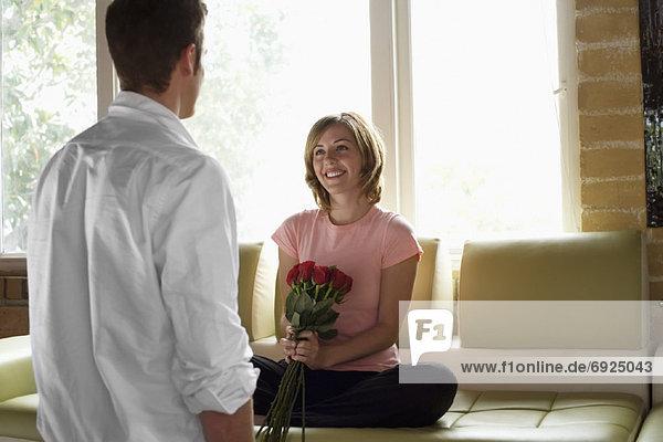 Blumenstrauß  Strauß  Frau  Mann  geben  Rose