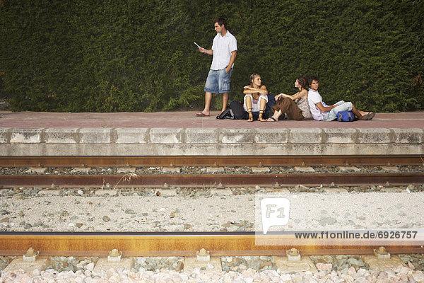 Menschen warten Zug