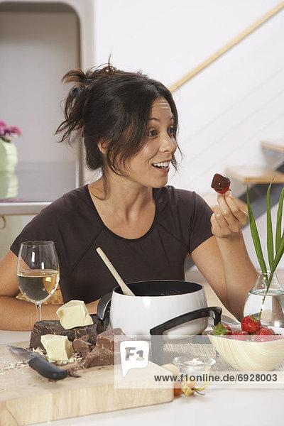 Frau  Schokolade  essen  essend  isst  Fondue
