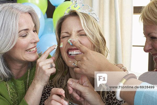 Frauen feiert Geburtstag
