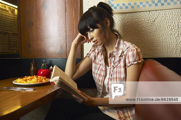 Frau  Buch  Abendessen  Taschenbuch  vorlesen