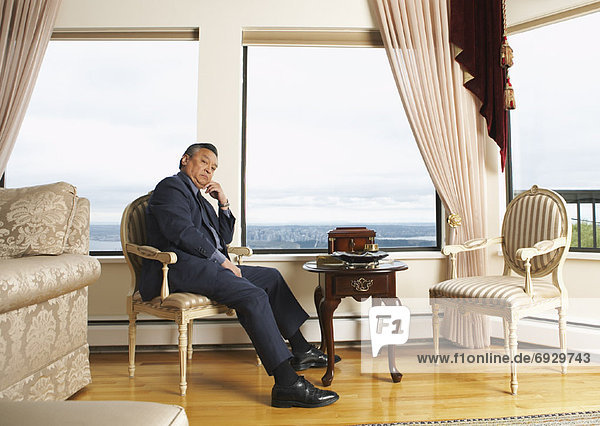 Portrait Mann Wohnhaus Eleganz
