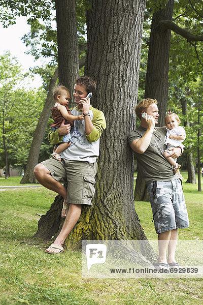 Handy  sprechen  Menschlicher Vater  halten