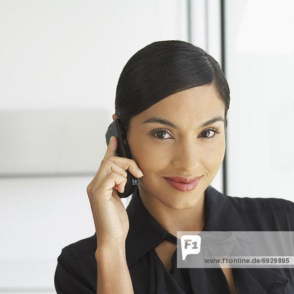 Geschäftsfrau mithilfe Handys