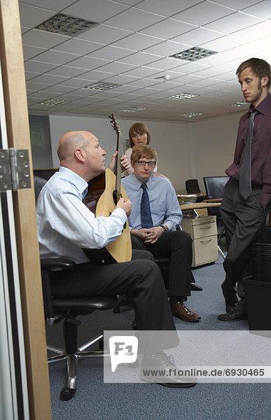 Angestellter Manager Gitarre spielen